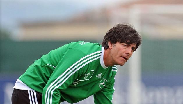 El seleccionador alemán Joachim Low, durante el entrenamiento de este miércoles con Alemania
