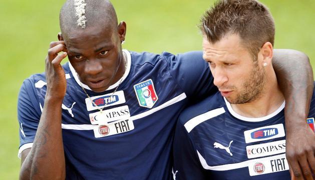 Balotelli, junto a Cassano, en el entrenamiento de este miércoles con la selección italiana