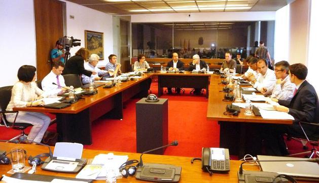 Parlamentarios, debatiendo sobre el escaño 51