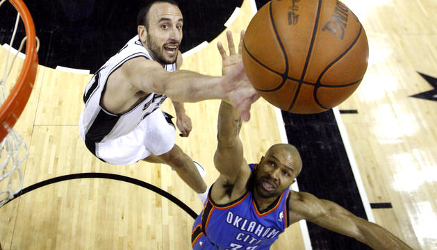 El jugador de Oklahoma City Thunder Derek Fisher (dcha.) disputa un rebote con Manu Ginobili (izda.), de San Antonio Spurs