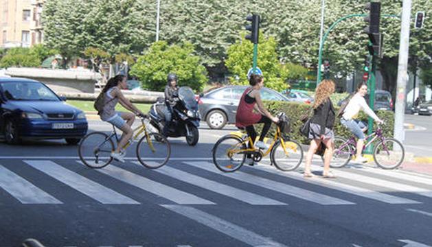 Varias jóvenes ciclistas en Pamplona