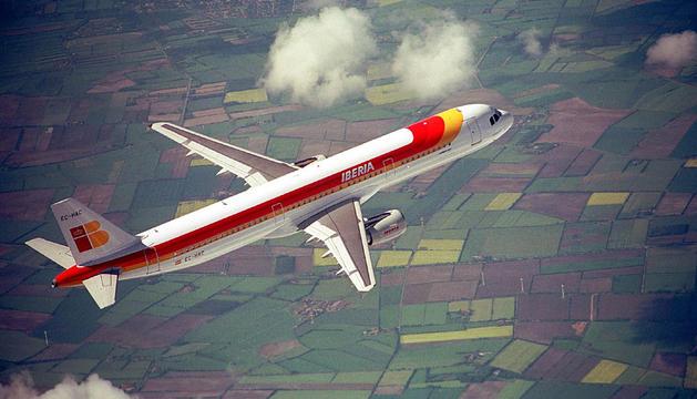 Un avión de Iberia cubriendo una ruta nacional