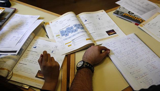 Estudiantes con libros de texto