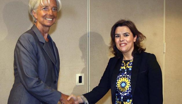 La vicepresidenta del Gobierno español, Soraya Saénz de Santamaría (d), visita Washington, donde se ha entrevistado con la directora gerente del Fondo Monetario Internacional (FMI), Christine Lagarde (i)