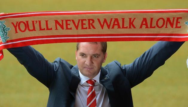 Brendan Rodgers posa con una bufanda en su presentación como nuevo entrenador del Liverpool