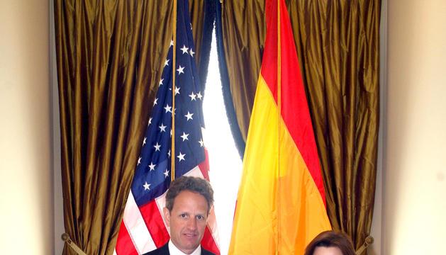 La vicepresidenta del Gobierno español, Soraya Saénz de Santamaría (dcha.), y el secretario del Tesoro de los Estados Unidos, Timothy F. Geithner, antes de la reunión que han mantenido en Washington, DC (EEUU)