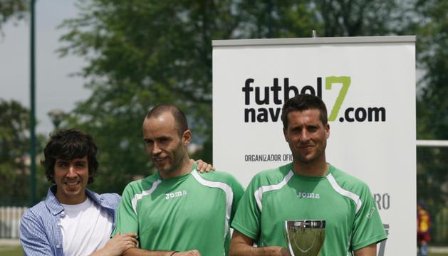 El equipo subacampeón, SMLT, recogiendo el premio cortesía del Bar Gallego