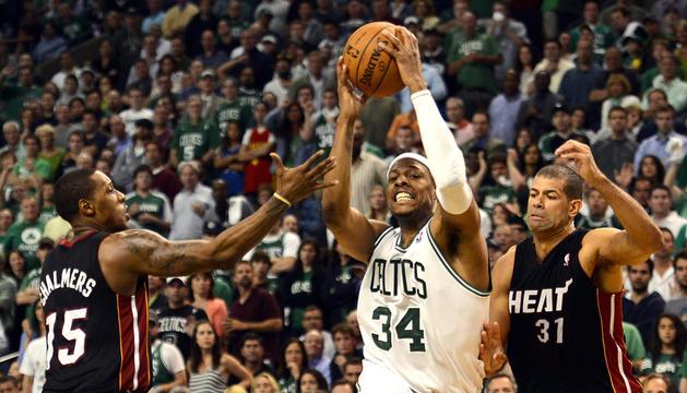 El jugador de Celtics Paul Pierce (centro) trata de penetrar a canasta ante la defensa de los rivales de Miami Heat, Mario Chalmers (izda.) y Shane Battier (dcha.)