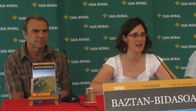 Ana Domínguez, responsable de la editorial EGN, junto a los autores Txema Iriarte y Javier Rey