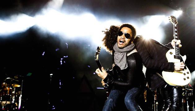 El músico estadounidense Lenny Kravitz (frente) y el guitarrista Craig Ross se presentan en Rock in Rio, en Lisboa (Portugal