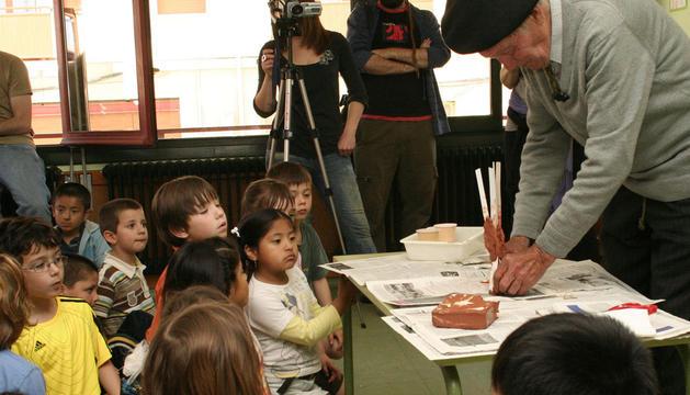 El escultor peraltés, Joxe Ulibarrena durante una visita a la escuela infantil de esa localidad en 2009