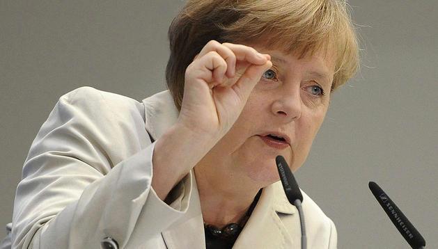 La canciller alemana, Angela Merkel, y su ministro de Finanzas presionan a España para que recurra al Fondo Europeo de Estabilidad Financiera