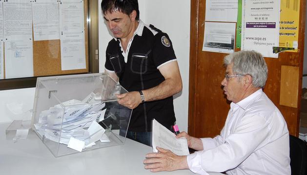El concejal de Festejos y el alguacil de Guijo de Galisteo se disponen a contar los votos