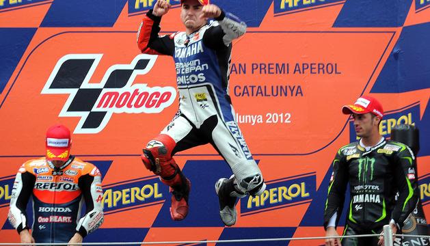Jorge Lorenzo salta de alegría en lo más alto del podio del circuito de Montmeló tras vencer en la carrera de MotoGP del Gran Premio de Cataluña