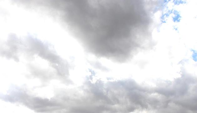 Cielo nuboso con anuncio de lluvias y tormentas a pesar de tapar el sol