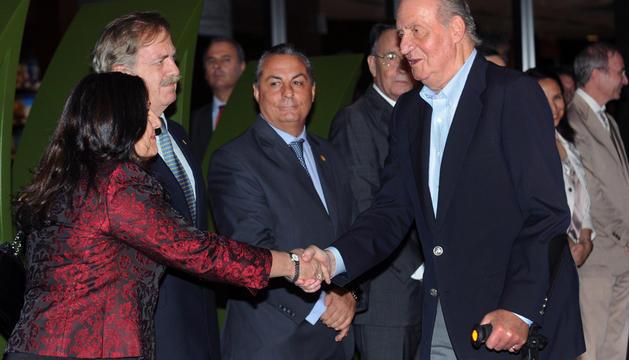 El rey Juan Carlos saluda a los integrantes de la representación diplomática española en Brasilia.