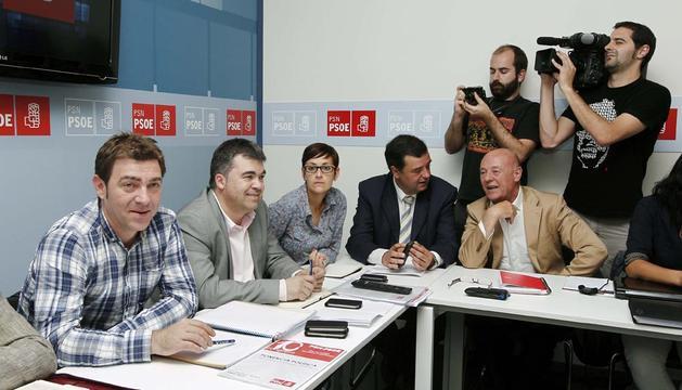 El secretario general de los socialista navarros Roberto Jiménez (i), al inicio de la reunión que la Comisión Ejecutiva del partido
