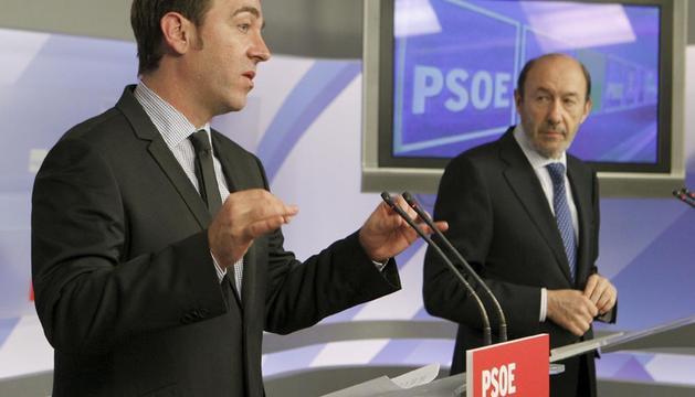 El secretario general del PSOE, Alfredo Pérez Rubalcaba (d), y el líder de los socialistas navarros, Roberto Jiménez (i), durante la ruenda de prensa