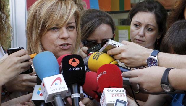 La vicesecretaria general del PSOE, Elena Valenciano, realiza declaraciones a los medios de comunicación durante el recorrido que ha realizado este miércoles por la Feria del Libro de Madrid