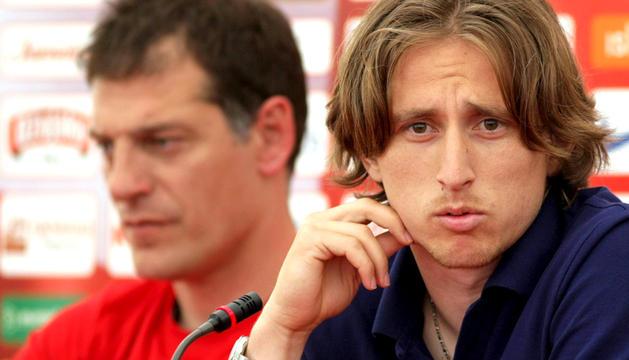 El seleccionador croata Slaven Bilic (izq) y el jugador Luka Modric (dcha) durante una rueda de prensa en Warka, Polonia