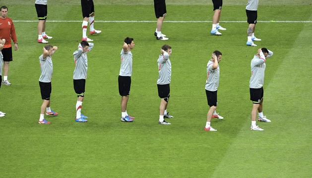 Los jugadores de la selección polaca de fútbol realizan ejercicios durante el entrenamiento del equipo en el Estadio Nacional de Varsovia, Polonia