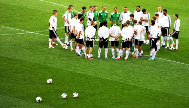 El entrenador de la selección alemana de fútbol, Joachim Loew (c), se dirige a sus jugadores durante un entrenamiento del equipo en Lviv, Ucrania