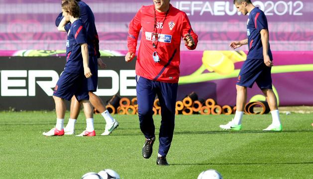 El seleccionador croata Slaven Bilic (centro) da órdenes a los jugadores durante el entrenamiento en Warka, Polon