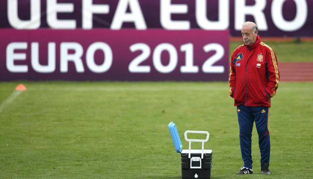 El seleccionador nacional de fútbol, Vicente del Bosque, dirige un entrenamiento de España en la localidad polaca de Gniewino