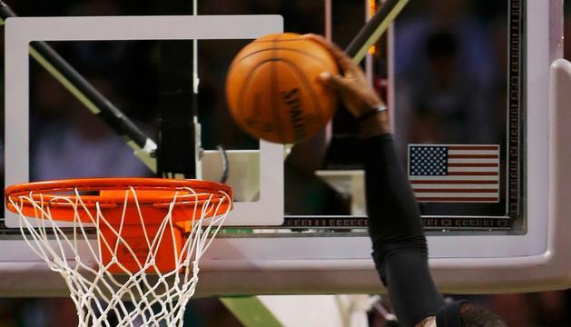 Lebron James machaca durante el sexto partido disputado entre Celtics y Miami en el TD Garden