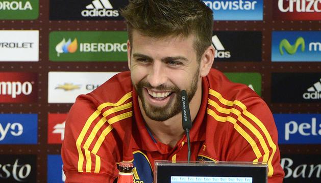 El defensa de la selección española, Gerard Piqué, sonríe durante una rueda de prensa en la localidad polaca de Gniewino