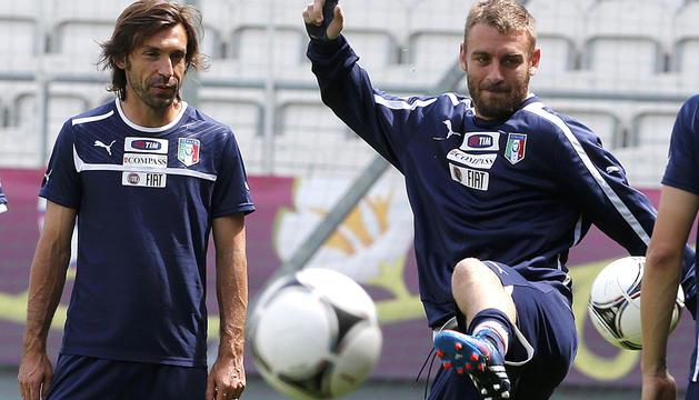 Pirlo (izda.) y De Rossi (dcha.) durante un entrenamiento de la selección italiana en la localidad polaca de Cracovia