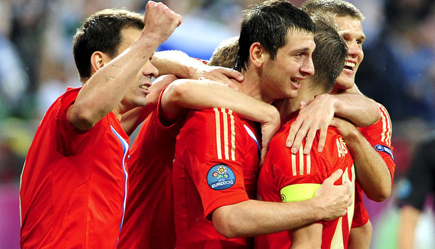 El jugador ruso Alan Dzagoev (centro) celebra con sus compañeros el 1-0 que marcó contra la República Checa durante el partido del grupo A de la Eurocopa 2012 entre las selecciones de Rusia y República Checa en Breslavia, Polonia