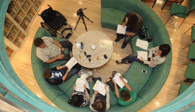 El grupo de estudiantes del colegio Amor de Dios, entrevistando a Antxón Arza en la sede de Diario de Navarra en Zapatería