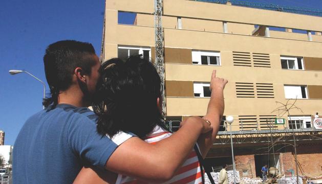 Una pareja, viendo su vivienda