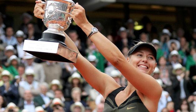 Sharapova levanta la copa de Roland Garros