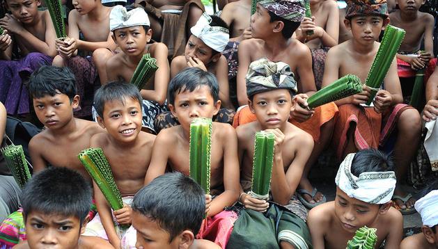 Ciudadanos de Balí con armas en su mano para luchar durante la guerra anual que celebran