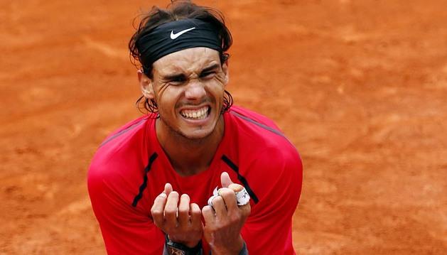 El tenista español derrotó a Djokovic por 3-1 tras la reanudación del partido y se convierte en el primer jugador en lograr siete veces el título de Roland Garros.