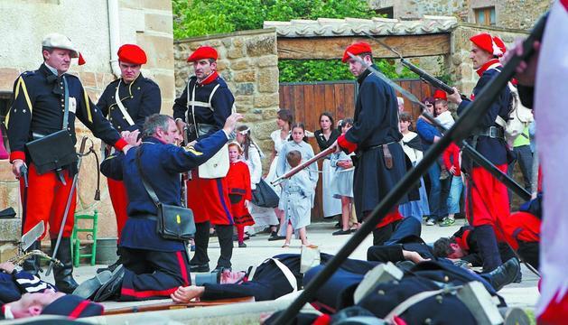 Momentos finales de la batalla de Lácar, cuando el ejército carlista se toma tras su victoria a los prisioneros liberales