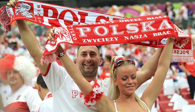 eguidores polacos animan a su selección en el Estadio Nacional de Varsovia, el día de la inauguración oficial