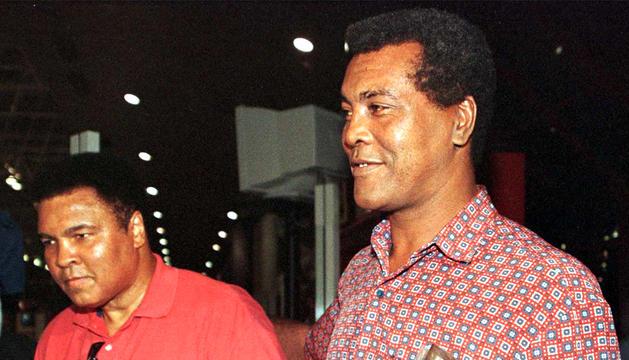 El exboxeador cubano Teófilo Stevenson (dcha.) junto al expúgil Casius Clay (izda.) en el aeropuerto de La Haban en una imagen de septiembre del año 1998