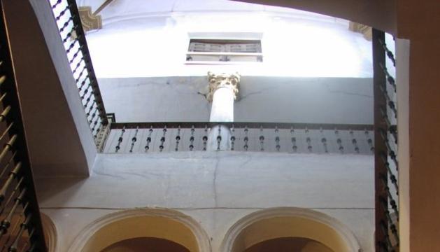 Escalera interior de la casa-palacio