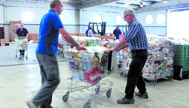 Voluntarios del Banco de Alimentos trabajan estos días a destajo con las donaciones recogidas