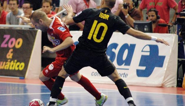 Una jugada del primer partido de la final por el título de Liga de fútbol sala en Primera División, disputado entre ElPozo Murcia y el FC Barcelona.