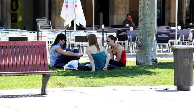 El sol vuelve a salir y las temperaturas suben en Navarra el jueves 13 de junio. Calor en la Plaza del Castillo de Pamplona.