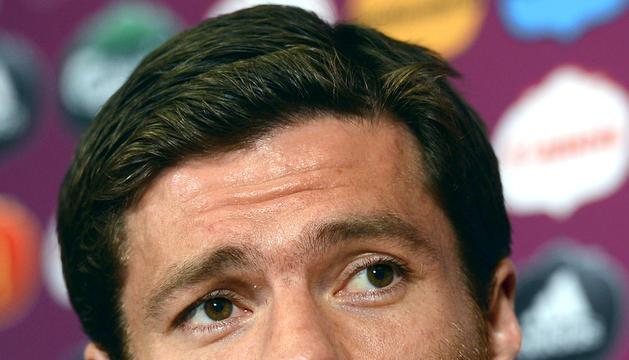 Foto facilitada por la UEFA del centrocampista de la selección española Xabi Alonso, durante la rueda de prensa oficial previa al partido ante Irlanda, correspondiente a la primera fase de la Eurocopa 2012
