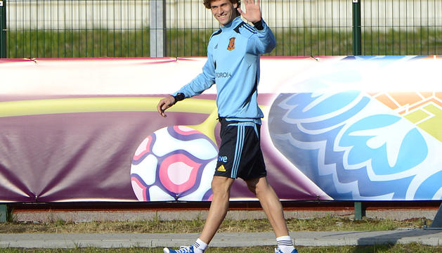 El delantero de España, Fernando Llorente, saluda a la cámara antes de comenzar un entrenamiento en la localidad polaca de Gniewino