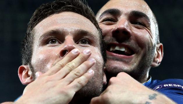 El francés Yohan Cabaye celebra su gol con su compañero Karim Benzema