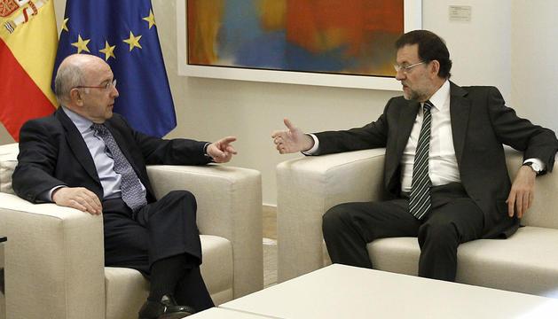 El presidente del Gobierno, Mariano Rajoy (d), durante la reunión que ha mantenido hoy con el vicepresidente de la Comisión Europea, Joaquín Almunia.