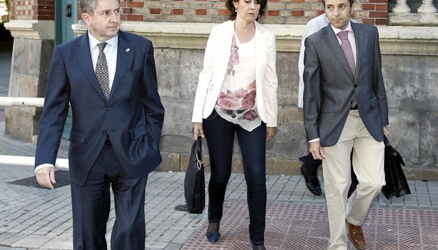 La presidenta del Gobierno de Navarra, Yolanda Barcina, acompañada por el portavoz Jose Luis Sanchez de Muniain (d) y el consejero de Economia y Hacienda, Alvaro Miranda, a su llegada esta mañana al Parlamento regional para asistir al pleno