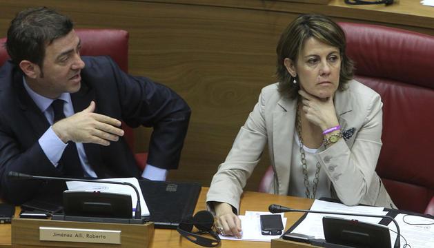 Jiménez y Barcina con semblantes serios en la sesión plenaria del Parlamento.